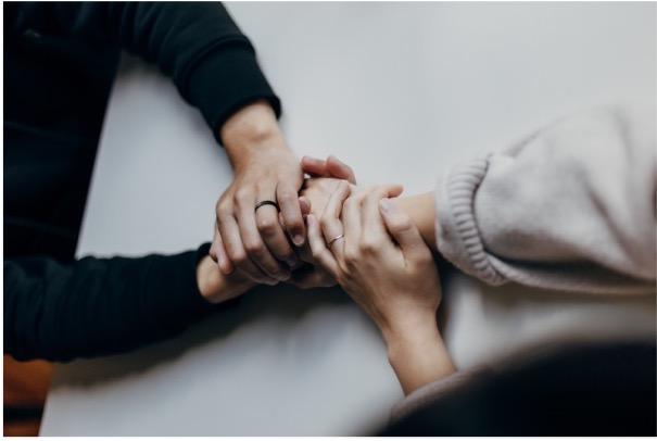 Deux personnes se soutiennent et se tiennent la main